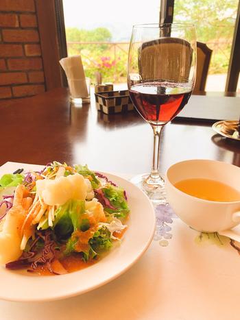 サラダとスープ、パン、コーヒーや紅茶などをビュッフェスタイルでいただくランチセットが人気。地元、山梨の食材を使ったサラダもおいしいと評判です。