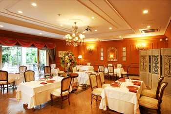 レストランスペースは、南フランスをイメージしたインテリア。個室もあるので、記念日のランチにも良いですね。