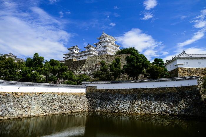 菱の門をくぐり抜け、二の丸に入るとすぐの場所に三国堀があります。ここからは、姫路城大天守の全景を見渡すことができます。