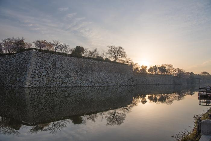 17世紀初頭から変わらない佇まいをそのまま残す世界遺産・姫路城を訪れ、城が築城された南北朝時代から江戸時代初期にかけての日本の建築技術の高さを垣間見てみましょう。