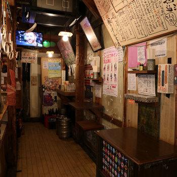 昭和感たっぷりの店内です。ここに老若男女が大勢集まると、焼きとんの煙がもくもくと立ちこみ一気に賑やかな雰囲気になります。