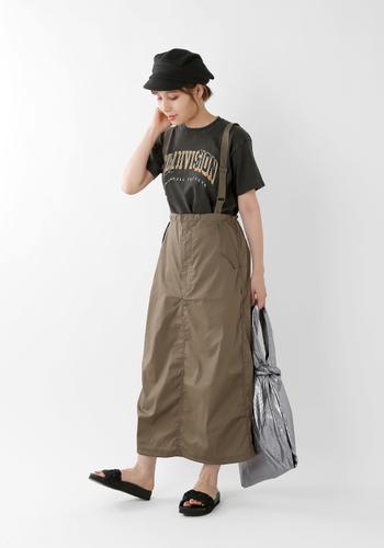 ミリタリーテイストのタイトスカートにコンフォートサンダル。足元を決めすぎない感じが、軽さも出て、好バランスです。