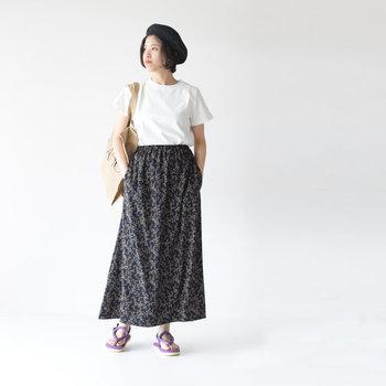 流行りの花柄ロングスカート。白Tとコンフォートサンダルを合わせて、甘さは控えめに。