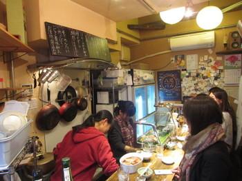 8人も入ればいっぱいの店内。注文した肴をテキパキと用意している姿をカウンター越しに見ながら飲むのも楽しいです。