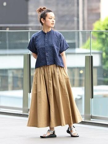 シャツにフレアースカートというシンプルで可愛らしいコーデも足元を「チャコ」のサンダルにするだけでこなれた雰囲気に。