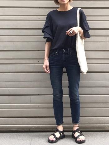 スキニージーンズを主役に軽快な着こなし。サンダルの程よいボリューム感のおかげで、よりスタイルが良く見えますよね。アンクレットがさりげなくもアクセントになっています。