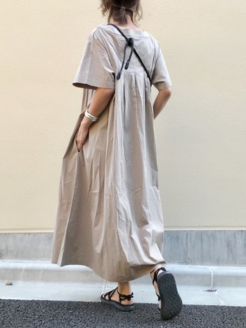 布をたっぷり使ったワンピース。ヒールのある靴よりペタンコサンダルを合わせる方が、リラックス感がより深まります。コンフォートサンダルならなおのこと余裕のある雰囲気になりますね。