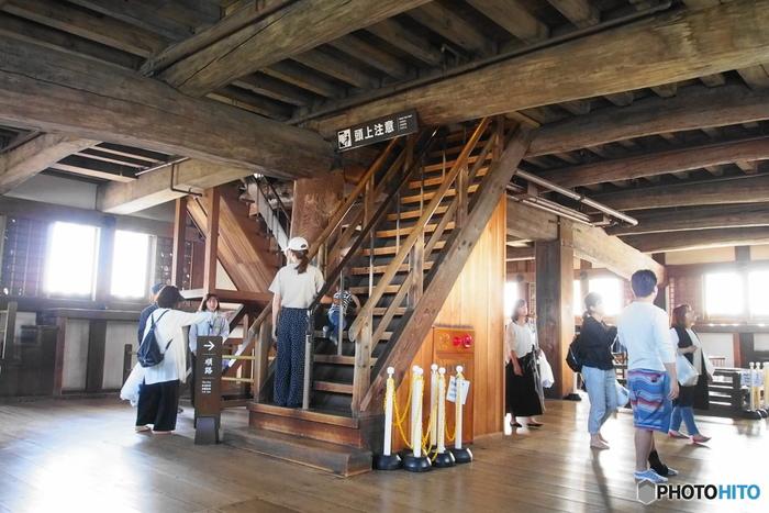 外観5重となっている大天守内部は、地下1階、地上6階の計7階建ての構造となっています。ここには、エレベーターといった近代的なものはありません。しかし、数百面もの間大勢の人々が歩み続けたことによってピカピカに磨かれた手摺や階段が、この建物が持つ悠久の歴史を静かに物語っています。