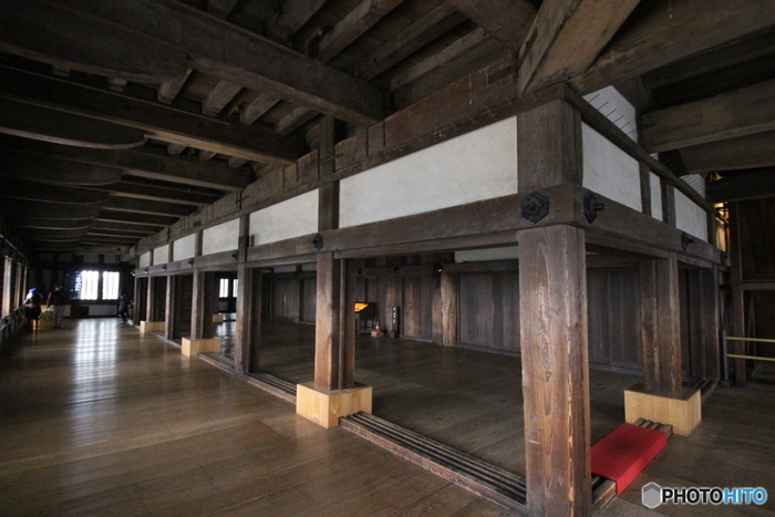 姫路城大天守に一歩足を踏み入れると、その保存状態の良さに驚くことでしょう。江戸時代初期に創建されてから約400年の時間を経た今なお、大きな柱、床板、天井は美しいまま現存されています。