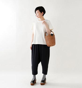 ゆったりと休日に履きたいサルエルパンツのコーデにはシンプルでベーシックな白Tシャツがぴったり。プレーンな白Tシャツなら個性的なデザインのパンツスタイルにも上手にマッチします。モノトーンのシンプルな色使いのコーデだから、サンダルやバッグなどは異素材のもので遊び心を添えても素敵。