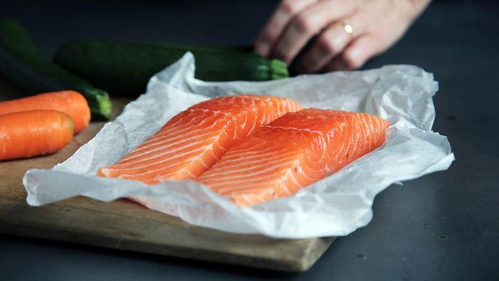 食卓でおなじみの鮭・サーモンですが、詳しく見てみるといろいろな種類があるんです。川で生まれて海を回遊する魚のシロザケ、紅ザケ、キングサーモンのほか、淡水魚のサクラマスやニジマスなどのトラウト(マス)もサケ目サケ科と呼ばれるカテゴリーに分類されています。また、マスノスケはキングサーモンのことを指すなど、呼び名も含めると種類はかなり複雑。よく聞くサーモントラウトは、トラウトを品種改良したもので、海の河口近くで養殖されています。  サーモンの旬は秋とされますが、脂がのっていて美味しいのは5〜6月の初夏なのだそう。ただ、日本で刺し身で食べられるサーモンはノルウェーとチリから輸入される養殖ものが大半を占めているため、旬を問わず1年中美味しくいただけます。
