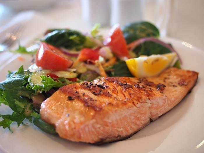 サーモンはおいしいだけでなく、充実した栄養面でも注目されています。必須アミノ酸を多く含むタンパク質や、DHAとEPAを含む脂質などが特徴。天然色素のアスタキサンチンもピンポイントで注目され、健康への働きが期待されています。その他、ビタミンやミネラルも含みバランスの良いサーモンですが、カロリーは豚肉などと比べると低くヘルシーなんですよ。