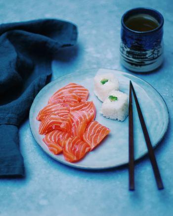 サーモンは生まれつきサーモンピンクなのではなく、元々は白身魚なのだそう。プランクトンを食べて成長しますが、このプランクトンにアスタキサンチン色素が含まれていて、サーモン特有の優しいピンク色が作られるというわけなのです。この色合いからも、アスタキサンチンが多く含まれていることを実感できるでしょう♪