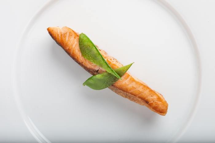 サーモンは、妊娠中であっても食べて良いといわれている食材です。ただ、いくつかの注意点がありますので、ポイントを押さえて取り入れましょう。  妊娠中は免疫力が落ちるので、リステリア菌の感染を防ぐために生の魚介類は避けるようにしましょう。そのため、サーモンも加熱調理して完全に火を通したものが最適。ただ、低温で燻製したスモークサーモンは、生食と同じく妊娠中は控えた方がいいでしょう。  そのほか、サーモンは、の魚類と比べると水銀の含有量が少ないのですが、摂り過ぎは禁物。食べ過ぎには気を付けましょう。また、塩鮭などのように塩分の摂り過ぎにも注意したいので、食材の選び方と調理方法も吟味して。