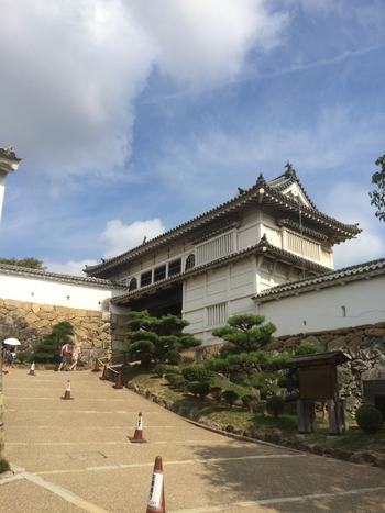 二の丸の入り口となっている菱の門は、安土桃山時代の面影を残す櫓門と呼ばれる型式の門です。姫路城の正面玄関ともいえる堂々たる佇まいをした菱の門は、場内最大の門です。