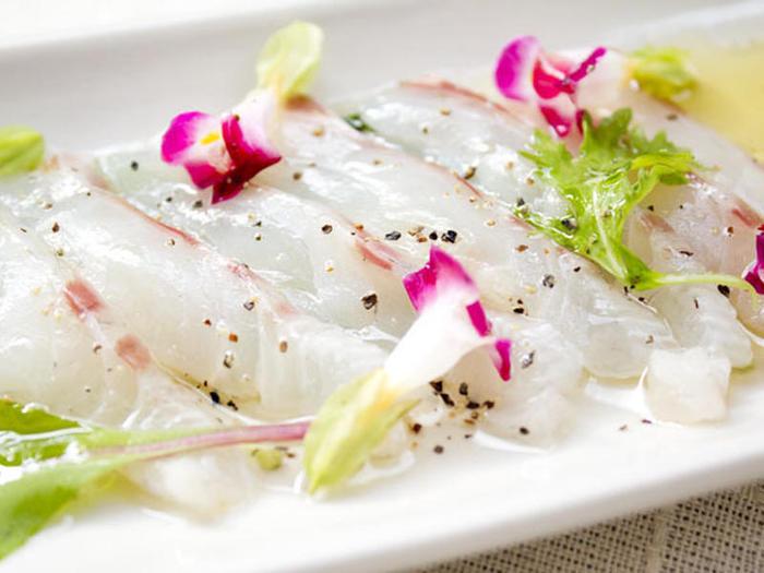 残ったピクルス液に、さらにハチミツや塩、オリーブオイルを足してマリネ液にアレンジし、白身魚の切り身と合わせてオシャレなマリネに。簡単に作れて、食用花やリーフレタスで飾り付けをすれば、見た目も華やかになり、ちょっとしたおもてなしや、パーティーに使えて◎。