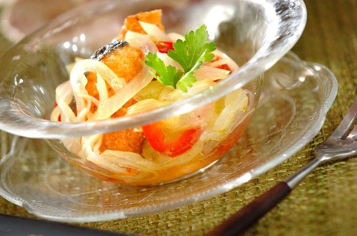 お次はサーモンのマリネです。こちらはサーモンをフライパンで焼いてからマリネするレシピ。こんがり焼いてからマリネ液に漬けましょう。前日に作って冷蔵庫で冷やしておくと、味がなじんでよりおいしく仕上がるのだそう♪