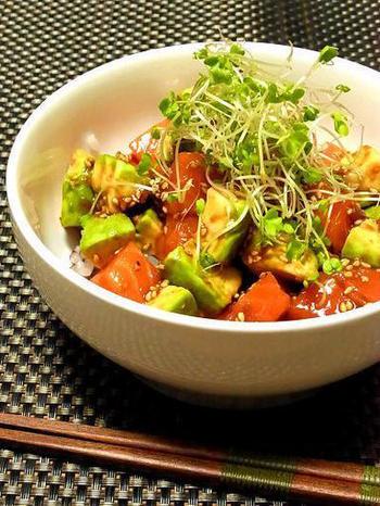 サーモンとアボカドは人気コンビですね。お好きな方も多いのではないでしょうか。こちらはユッケ風のどんぶりレシピ。タレと和えてご飯にのせるだけなのでとっても簡単ですよ♪