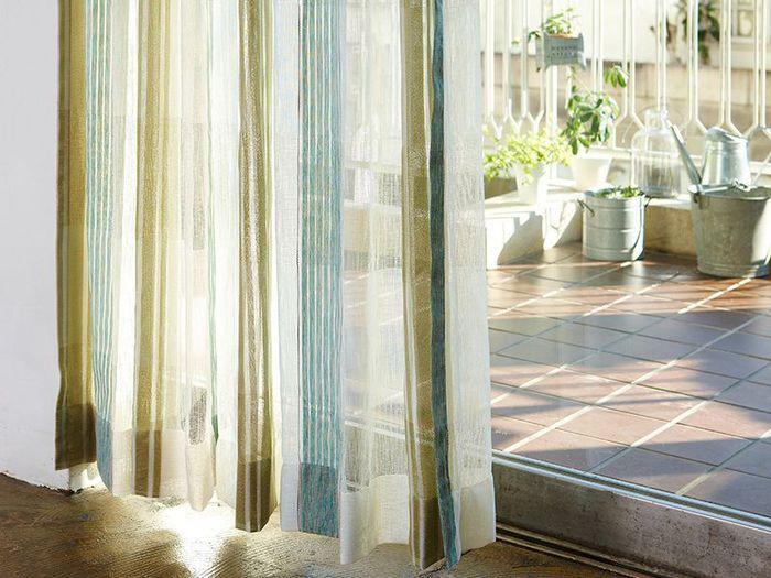 カーテンで涼しさを演出するなら、爽やかなブルーやグリーン系がおすすめです。ネイビーのような濃い色ではなく、明るくて薄いトーンがベター。部屋を開放的に見せてくれ、寒色のおかげで涼し気に。