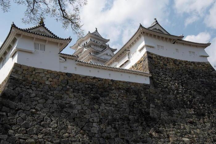 姫路城は、国宝に指定されている大天守と小天守だけでなく、石垣が美しいことでも有名です。緻密に積まれた石垣は、現代のようにクレーンもトラックも無かった安土桃山時代から江戸時代初期にかけての建築技術の高さを物語っています。