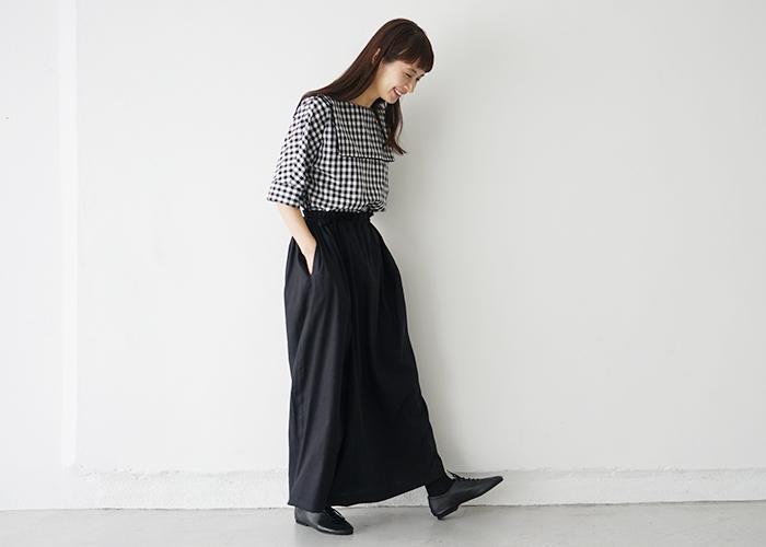 白黒のチェック柄ブラウスには、黒のスカートを合わせてモノトーンな着こなしに。黒の面積が多めなコーディネートも、ギンガムチェックが軽やかさを演出してくれます。