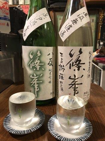 キンキンに冷えた自慢の日本酒。なみなみとたっぷり注がれたコップを目にすると、お酒好きの心が一気にくすぐられます。