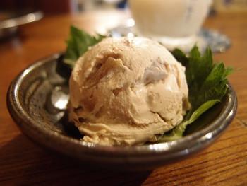おすすめなのが、クリームチーズに奈良漬を混ぜ込んだその名の通りの「チーズ奈良漬」です。レーズンバターのような味わいで日本酒にぴったりです。