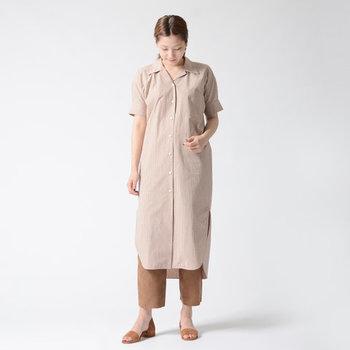 薄いピンクベージュ系のカラーが、女性らしさを演出してくれるギンガムチェックのワンピース。ベージュのパンツをレイヤードして、カジュアルに着こなしています。サンダルも色を合わせたワントーンコーデは、さりげないチェック柄でアップグレード。