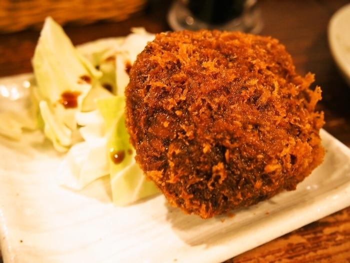 こちらも人気の「黒毛和牛 特製メンチカツ」です。分厚いメンチカツを割ると肉汁がジュワッ広がり、一緒に混ぜ込んだゴロゴロした玉ねぎが甘くて最高です。