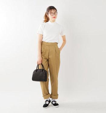 濃いベージュがしゃきっとした印象のパンツにインすれば、Tシャツもいつも以上に真っ白く潔い印象に。首元が詰まったモックネックなら、ラフになり過ぎず、オフィスカジュアルにもぴったりな装いに。