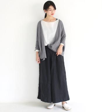 黒のロングスカートに白トップスを合わせて、グレーのカーディガンを羽織ったコーディネート。前にボタンがないショール風のカーディガンなら、さっと羽織るだけで簡単にトレンド感をプラスできます。