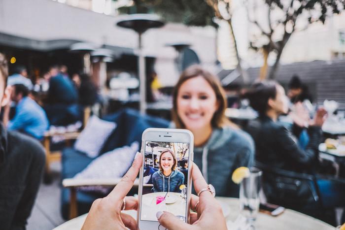 デジカメやスマートフォンの登場によって、カメラの存在がぐっと身近に。いつでも楽しい場面や、日常の何気ない風景の写真を、気軽に撮れるようになりましたよね。  一方で、よく耳にするお悩みが、「スマホの中にどっさり写真データがため込まれたまま、途方に暮れている・・・」ということ。