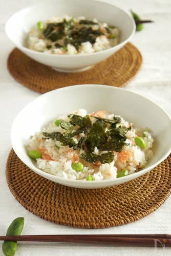 サーモンと枝豆のコンビはちらし寿司でも楽しめますよ。包丁を使わずに作れるレシピなので、手間が少なく簡単。子供と一緒に作りたいときにもおすすめです♪