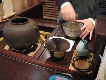 濃茶は自分で点てることもできますし、店員さんにお願いすることもできます。  こちらは店員さんに濃茶を点てて頂いているところ。