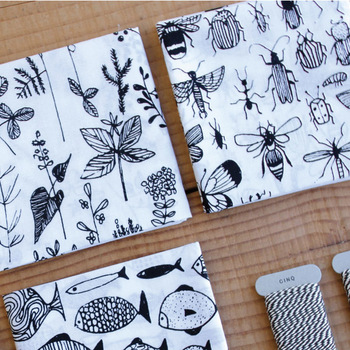 原宿で北欧雑貨や日本の手仕事アイテムを扱う「CINQ(サンク)」が、ヘルシンキ在住のイラストレーター兼アーティスト「Matti Pikkujamsa(マッティ・ピックヤムサ)」とコラボして作られたハンカチです。白地に黒で描かれた自然の植物や魚のイラストが、大人の遊び心を刺激するデザイン。