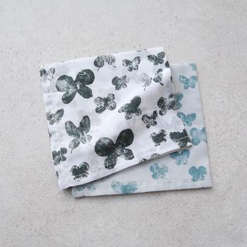 デザイナーの皆川明さんが手がけたブランド「mina perhonen(ミナ ぺルホネン)」のハンカチ。大小の蝶が舞うシンプルで洗練されたデザインは、大人女子のデイリーアイテムにもぴったりです。薄手の透け感素材で、上品見えが叶います。