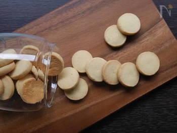 小麦粉の代わりに米粉を使った米粉クッキー。口に入れるとホロっとほどける、米粉ならではの食感が楽しめます。手でこねるとき、ぎゅっとしっかりまとめることがポイント。ジャムやパウダーなどを使って、アレンジしてみてくださいね。