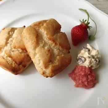 小麦粉だけでなく、牛乳・卵・砂糖も使わずに作る米粉スコーン。塩麴や豆乳ヨーグルトを使うことで、ふんわりした食感に仕上げることができます。フードプロセッサーを使えば、混ぜる作業も楽チン!バターやジャムを添えたら、朝食にも◎