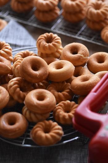 小麦粉・バター・牛乳不使用の焼きドーナツは、揚げていないのでヘルシーですよ。香ばしくてほんのり甘い香りが食欲をそそります。しっかりめの食感は、コーヒーや紅茶との相性抜群。一緒に食べる相手の好みに合わせて、チョコレートでコーティングしたり、アイシングしたり…アレンジも楽しんでみましょう。