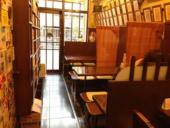 昭和感の残る店内にはよしもとの芸人さんのサイン色紙がずらりと飾られていて、もう一方の壁には漫画が並んだ本棚があります。