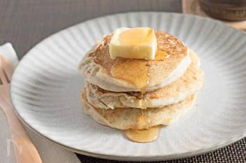 砂糖を使わず、完熟バナナそのものの甘さを活かしたパンケーキ。米粉・豆乳・バナナのたった3つの材料で出来る、超お手軽おやつです。フライパンでできるところも魅力のひとつ。メープルシロップや生クリームとご一緒にどうぞ♪