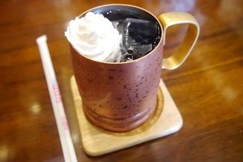 関西では「冷コー」と呼ぶアイスコーヒーには生クリームがのせられています。創業から変わらないスタイルで、しっかりしたコーヒーの苦味にぴったり合います。