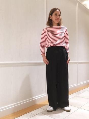 春らしく元気な印象の赤のボーダーシャツに、黒のワイドパンツを合わせたコーディネート。  パキッとした色のメリハリが、カジュアルながらきちんと感のある好印象コーデに◎  ハイウエストのパンツにトップスをインすることで、脚をより長く見せることができます。 白スニーカーで抜け感と爽やかさをプラスして♪