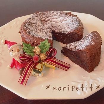 小麦粉や薄力粉を使わなくたって、「卵・板チョコ・ココアパウダー」の3つの材料でおいしいガトーショコラは作れます。焼き時間を短めにすると、半生チョコのとろ~り食感が楽しめます。しっかりめがお好みなら、長めに焼けばOK!クリスマスやバレンタインなど季節のイベントをはじめ、大事な方へのプレゼントにもぴったり。
