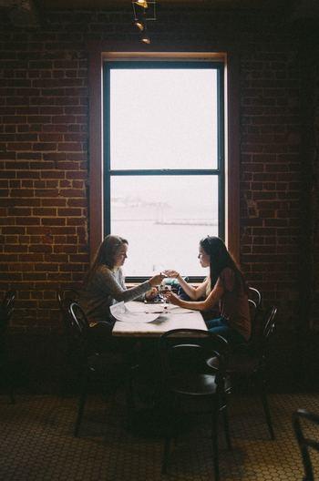 「聞き上手」とは、言い換えると「傾聴」というコミュニケーションスキルでもあります。相手を尊重し、相手の立場に立って深く理解し、気持ちに共感しようとする聞き方です。相手の話を否定せず、肯定的に関心をもつことで、話し手に安心感を与えます。