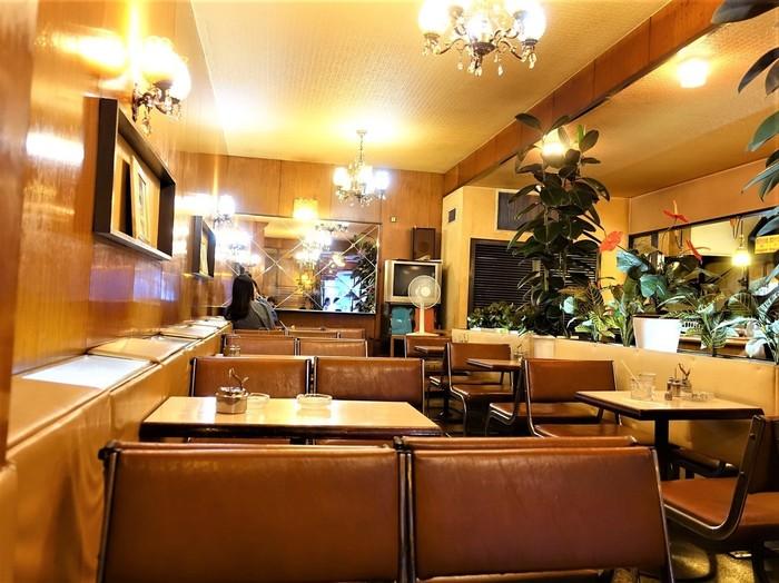 シャンデリアとブラケットの照明器具がキラキラ光り、年季の入ったイスとテーブルの上には、当たり前のように灰皿が置いてあります。昔からここに通う地元の人のオアシス的なお店です。