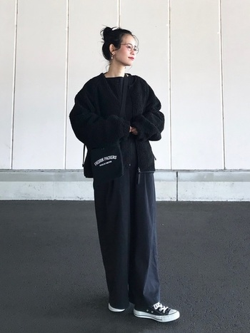 全身を黒で統一した、ハイセンスな冬コーデ。 ゆったりとしたブルゾン×パンツですが、ヘアスタイルをまとめて首元をすっきりと見せることで、上品な印象に。コーデ全体に絶妙なルーズ感が生まれて素敵です。