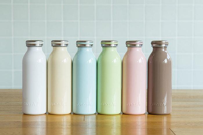 """個性が光る牛乳瓶をモチーフにした""""mosh!""""のステンレスボトルは、どこか懐かしいレトロな雰囲気がたまりません。カラーバリエーションは11種類。好きなカラーを選ぶのは勿論、色違いを複数持ちして、オフィスやお出かけ、ドライブなど気分によって携帯しても楽しそう♪ 機能もは保温と保冷両方を兼ね備え、一般的なペットボトルと同等の大きさ&幅なので、お出かけの際にバッグに入れてもスッポリと収まります。さらに、ボディのくびれが手に程よくフィットして持ちやすくなっているのも嬉しいポイントです。"""