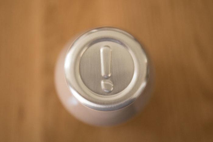 """蓋の部分には""""mosh!""""の「!」(ビックリマーク)が付いてちょっとしたアクセントに…。ボトルを開ける時間が何だか楽しみになりそうです。"""