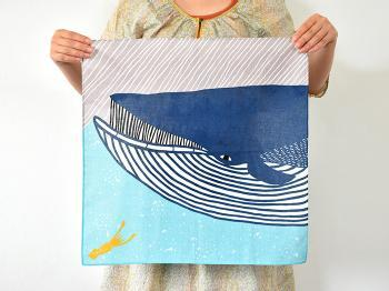 型染めアーティストユニットの「kata kata(カタカタ)」が手がけたハンカチは、和風のイラストをカラフルに仕上げたユニークなデザイン。大きめのサイズ感なので、お弁当包みなどに活用するのもおすすめです。